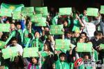"""图文-激情球迷助阵京杭大战 国安球迷高举""""金杯"""""""