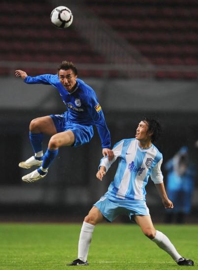 图文-[中超]长沙金德0-0天津康师傅刘成争抢头球