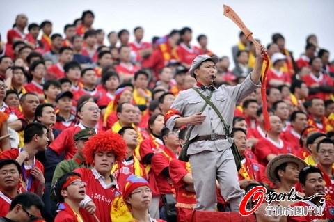图文-[中超]南昌八一3-2杭州绿城八一球迷另类打扮