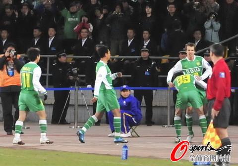 图文-[亚冠]北京国安VS川崎前锋队友祝贺乔尔进球