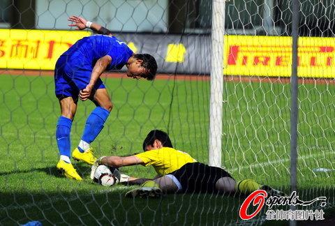 图文-[中超]长沙金德vs青岛中能 离球门近在咫尺