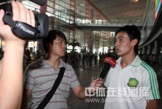 图文-国安预备队结束新加坡联赛抵京张兆辉接受采访
