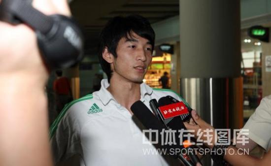 图文-国安预备队结束新加坡联赛抵京王皓接受采访