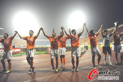 图文-[中超]山东鲁能3-2深圳红钻山东队感谢球迷