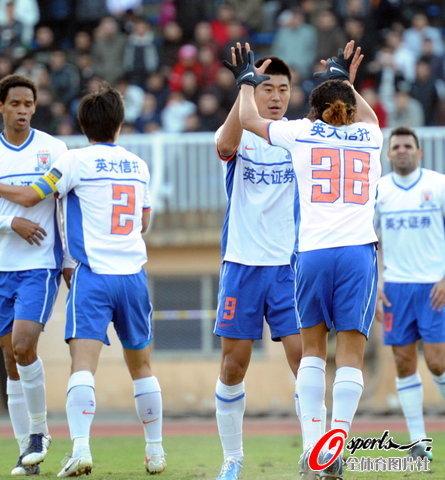 图文-[中超]山东客场1比1南昌提前夺冠感谢莱昂