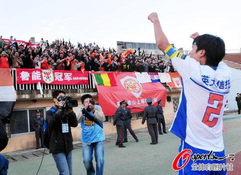 图文-[中超]山东1比1南昌提前夺冠感谢球迷支持