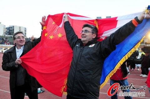 图文-[中超]山东1比1南昌提前夺冠伊万惊讶看到国旗