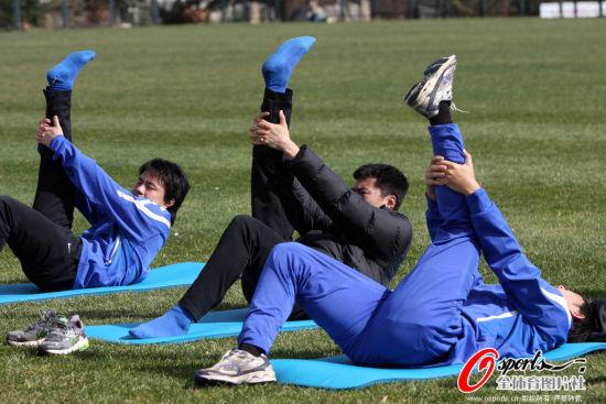 图文-申花红塔基地继续备战 球员进行热身活动