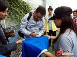 姚庆为女球迷签名