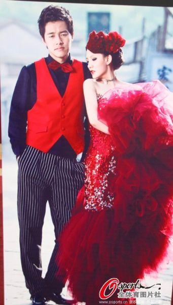 身着火红的婚纱