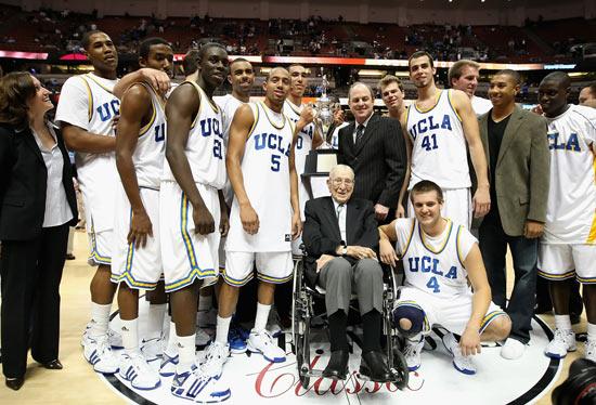NBA老照片-现代篮球之父伍登被年轻人簇拥着的传奇