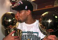NBA老照片-11年前马刺首夺总冠军石佛献深情一吻
