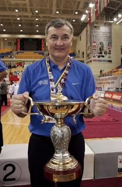 资料图-2005年亚锦赛中国男篮夺冠尤纳斯感受冠军杯