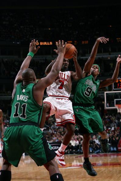图文-[NBA]凯尔特人92-81公牛本戈登遭受包夹