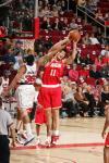 图文-[NBA常规赛]活塞VS火箭姚明全力抢下篮板