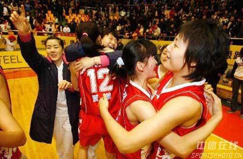 图文-[WCBA总决赛I]辽宁73-92八一八一队员拥抱