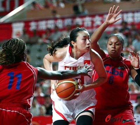 图文-[女篮热身赛]中国VS古巴面对夹击毫不畏惧