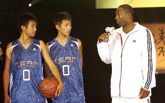 图文-NBA球星授艺地震灾区学生亲自为小球员讲解