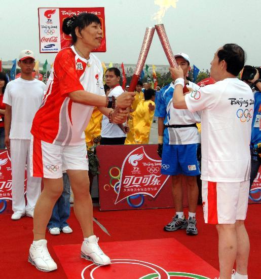 图文-北京奥运圣火在开封传递 王立群郑海霞交接