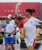 图文-北京奥运圣火在开封传递 郑海霞风采依旧