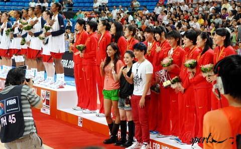 图文-2008女篮钻石杯颁奖仪式 阿娇和中国女篮