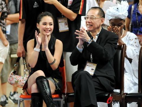 图文-2008女篮钻石杯颁奖仪式 阿娇谈笑风生
