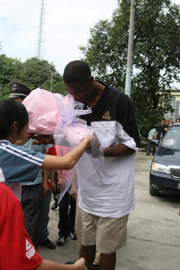 图文-穆托姆博中国行成都站穆大叔感谢鲜花迎接