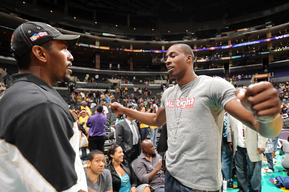 图文-霍华德和阿泰观战WNBA两猛男互致问候