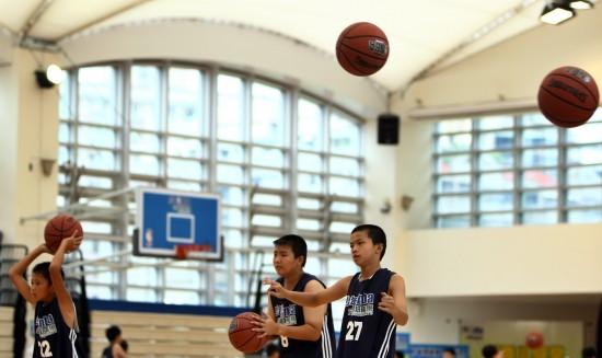 图文-霍华德助阵少年NBA城市训练营未来的明星?