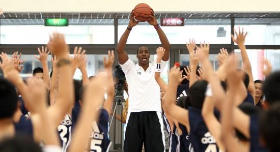 图文-霍华德助阵少年NBA城市训练营大家跟我一起来