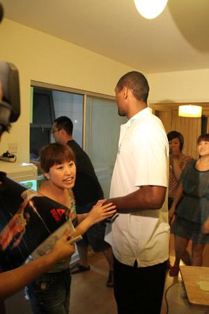 图文-阿泰现身球迷家尝试包饺子阿泰在看什么