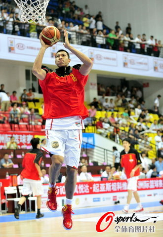 图文-[斯杯]中国男篮vs伊朗阿联飞身上篮