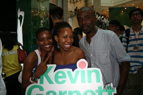 图文-加内特现身上海引粉丝疯狂从非洲来的球迷