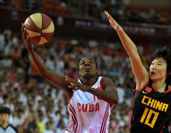 图文-中古女篮对抗赛中国82-59古巴奥昆多上篮