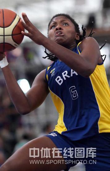图文-青奥女篮3对3赛澳大利亚进四强巴西女将上篮