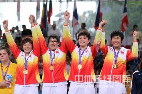 图文-青奥会女篮3vs3中国夺冠登上最高领奖台