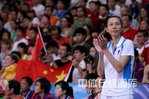 图文-青奥会女篮3vs3中国夺冠主教练场边鼓掌