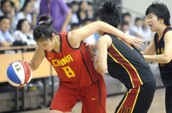 图文-中日韩青少年运动会女篮赛况李梦力抗对手