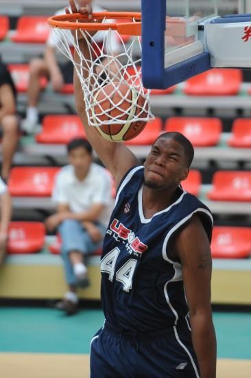 图文-国际青年男篮对抗赛美国胜澳洲篮下暴扣