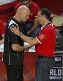 双方教练交谈