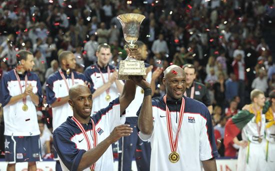 图文-[世锦赛]美国击败土耳其夺冠两老将举起奖杯