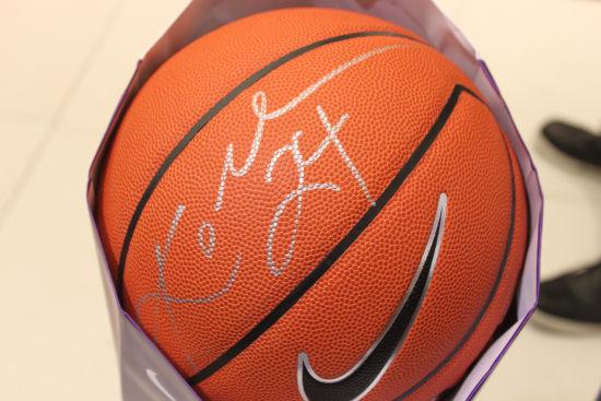 图文-科比沈阳媒体见面会 科比亲笔签名篮球