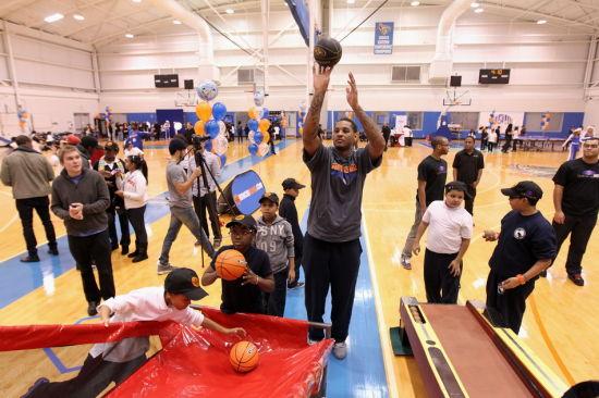 图文-尼克斯进行训练公开赛 安东尼与孩子们投篮