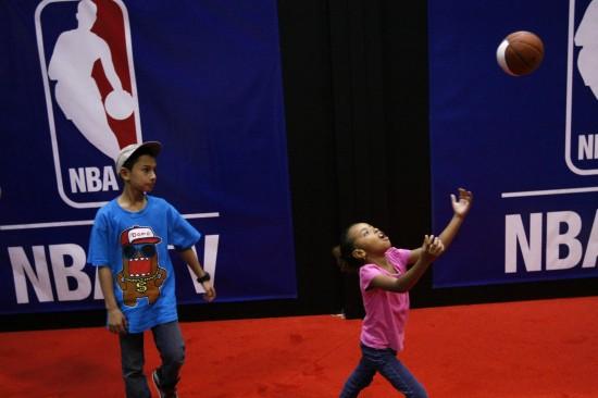 图文-NBA全明星赛球迷嘉年华 小朋友玩篮球游戏