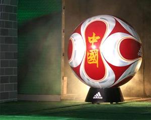 北京奥运足球专用球亮相年维泗挥毫添彩长城之星