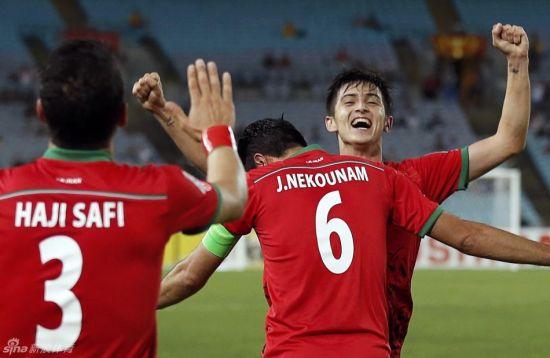 伊朗队庆祝进球