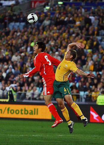 图文-[世预赛]澳大利亚0-1中国队韩鹏与对手争顶