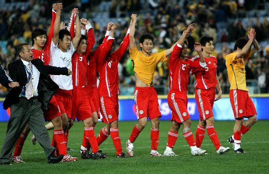 图文-[世预赛]澳大利亚0-1中国队国足感谢球迷支持