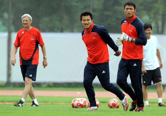 图文-中国国奥队沈阳备战 两位门将练得挺带劲