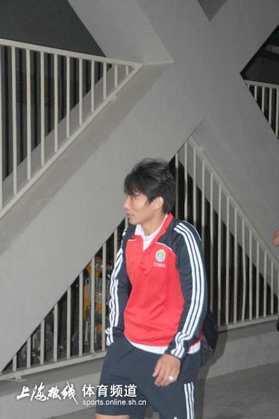 图文-[热身赛]中国队VS德国队郑智亮相球场